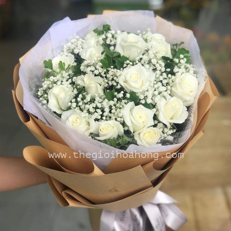 Bó hoa hồng trắng ngây thơ